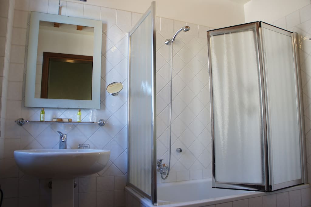 full en-suite bathroom with tub