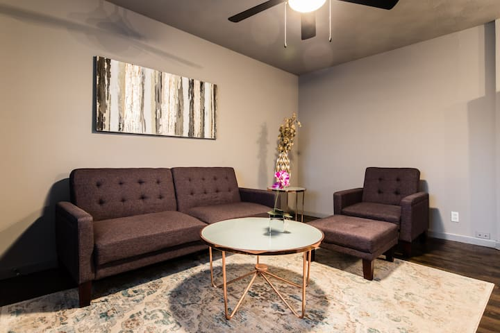 Trendy Garden Apartment-Close to Hot Spots!