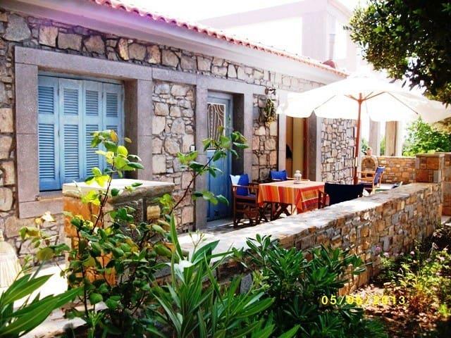 Παραδοσιακή πέτρινη μονοκατοικία - Nea Koutali