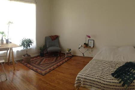 Beautiful & sunny studio apartment in Hollywood - Los Angeles