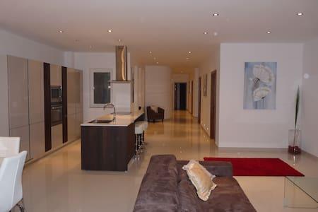 St Julians Luxe Apartment - San Ġiljan