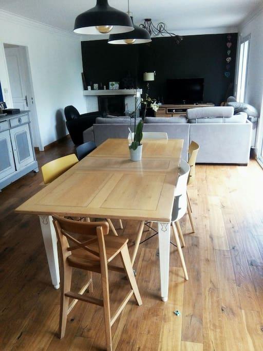 salle à manger et salon avec TV et son grand canapé d'angle