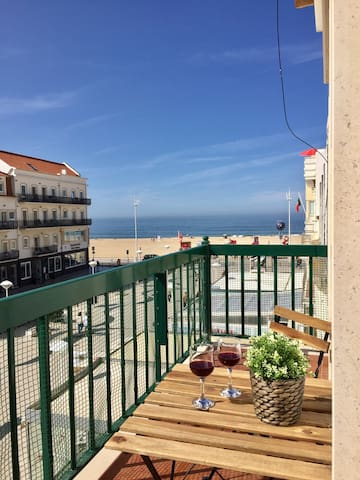 Apartment with sea view (1 minute from the beach)