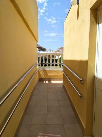 Acceso a la piscina para sillas de ruedas.