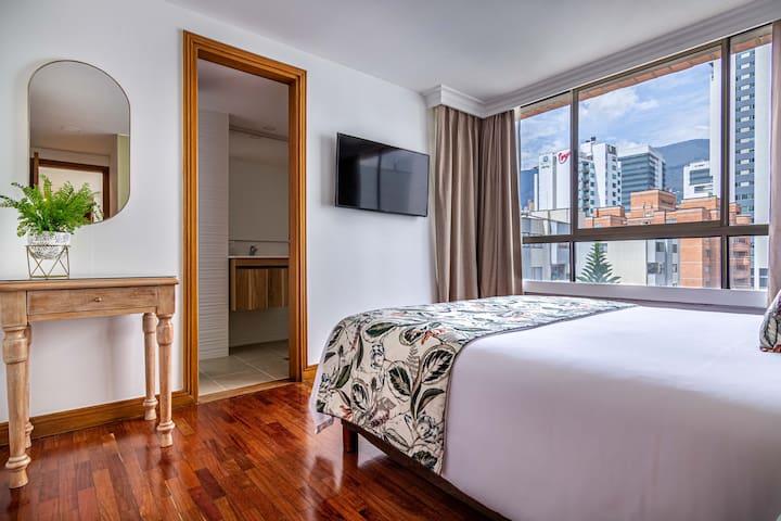 Nice view from the bedroom, with its independent bathroom and a beautiful mirror    //    Agradable vista desde la habitación, con su baño privado y un espejo