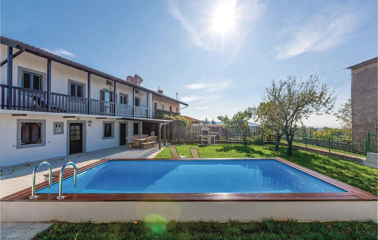 Semi-Detached with 4 bedrooms on 127m² in Sela na Krasu