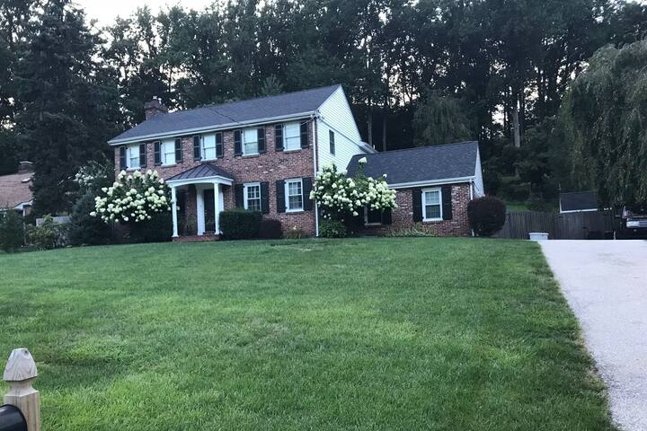 Large Spacious Dog Friendly Home on the Main Line