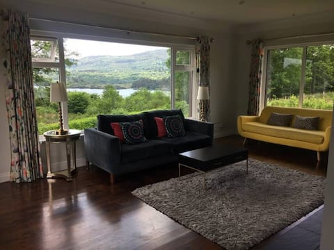 ♥ Stylish & colourful home with lakeside views ♥