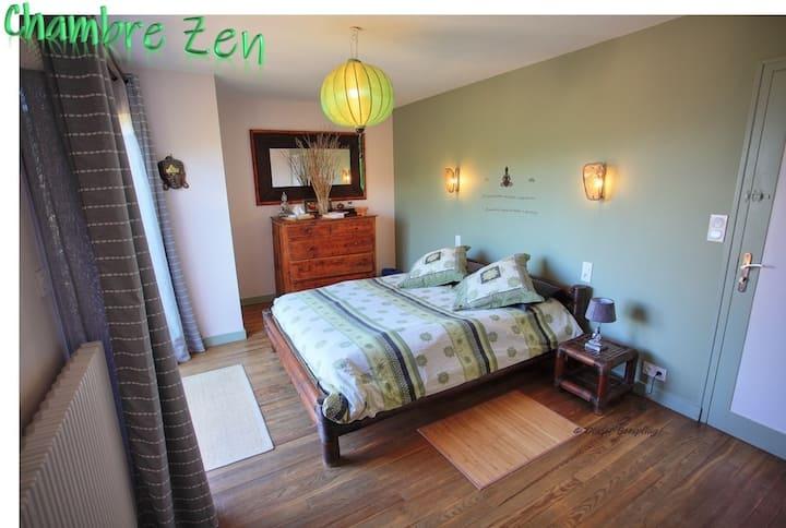 chambre zen avec une grande terrasse