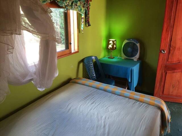 Habitación matrimonial, con ventilador, balcón, baño privado, ropa de cama, agua caliente y fría,  gay friendly. Ingreso privado.