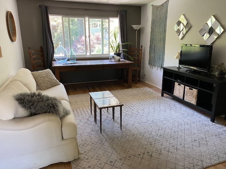 Finch Nest - Private 1 Bedroom Home with Views!