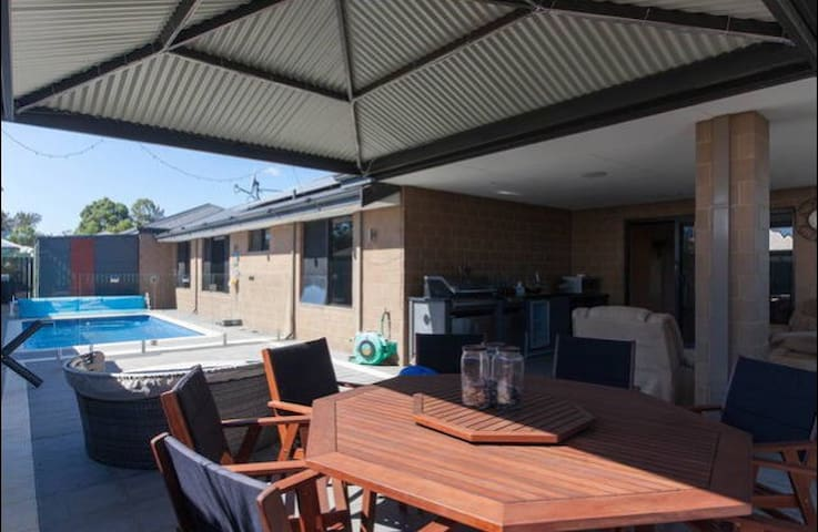 ModernPrivate KingBR nearby Airport - Forrestfield - Hus