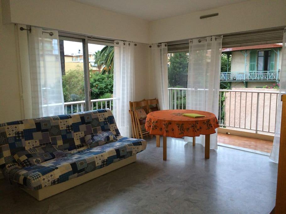 séjour avec balcon et espace repas