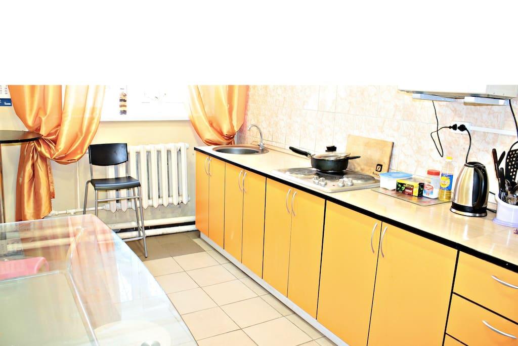 Кухня с 2мя раковинами и 2мя плитами, 2 стола и 1 холодильник