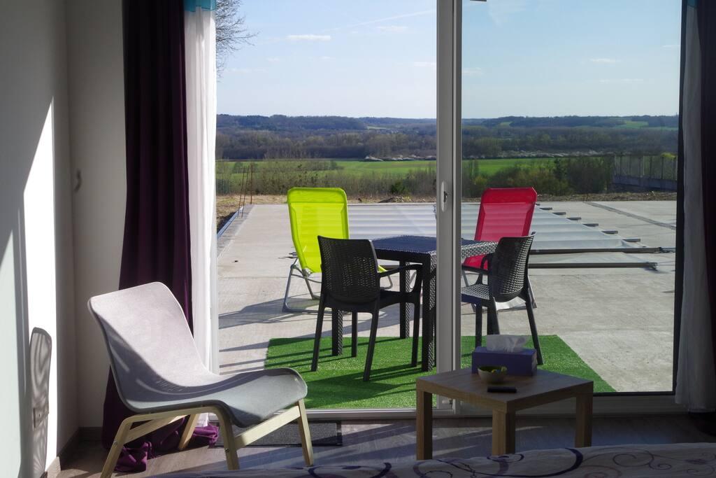 La chambre donne directement sur la terrasse et sa piscine.