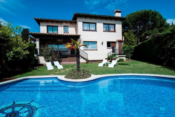 HomeHolidaysRentals Niza - Costa Barcelona