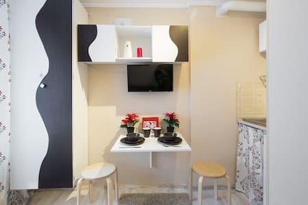 Белая уютная студия у метро - Apartment