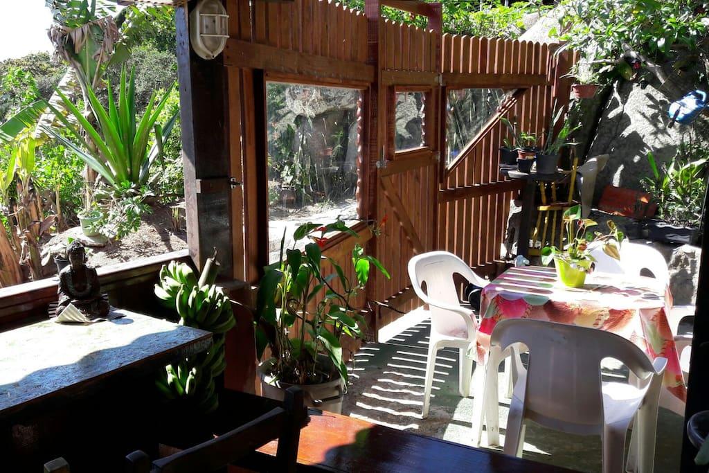patio y jardín comunitario con parrilla