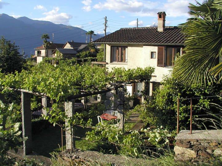 Schmuckes Häuschen mit Seeblick und Garten/Pergola