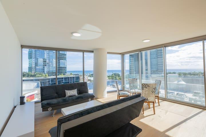 Luxury Ocean view 2 bedroom/walk to beach/parking