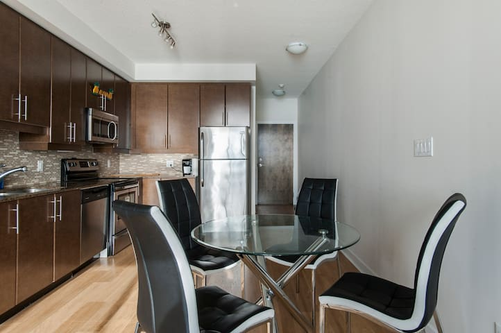 Lakeview financial district condo (union station)
