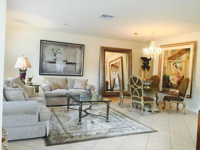 Beautiful ROOM in big safe luxury home near beach!