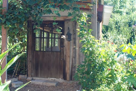 Bright Primitive Cabin - in a garden oasis in town - Bloomington