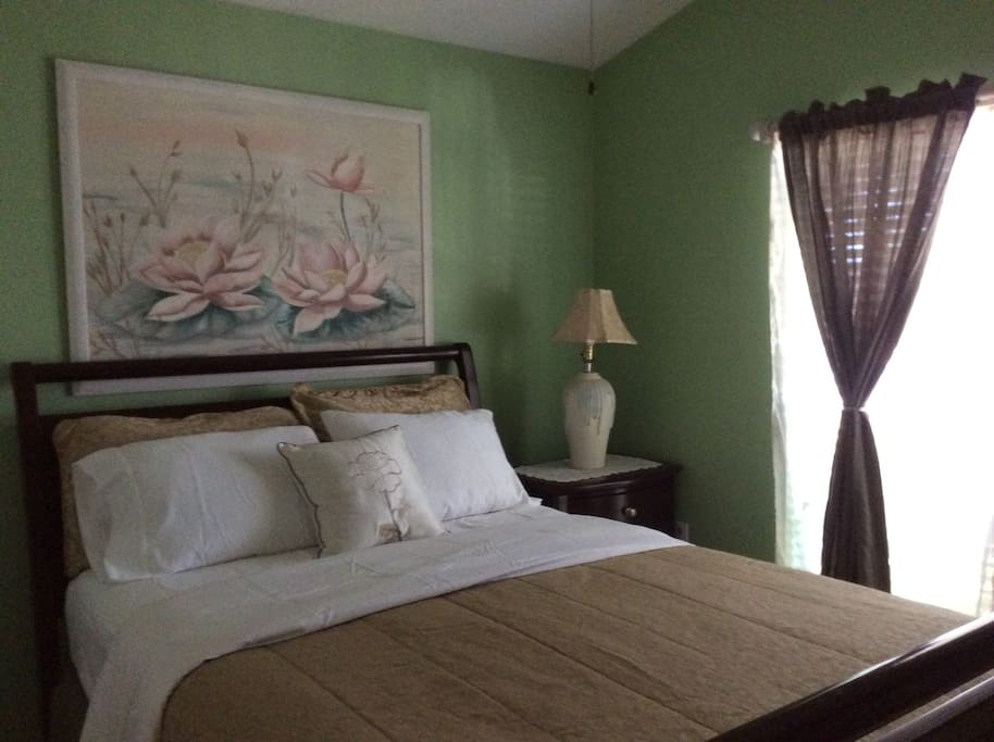 Confortable front view bedroom furnished with 100% cotton bedsheets and anti allergic pillos