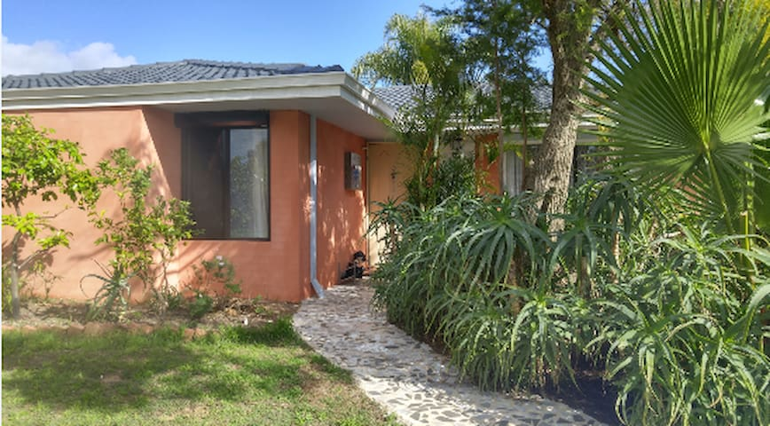 Cute Room wt garden view, free Park - Thornlie - Casa