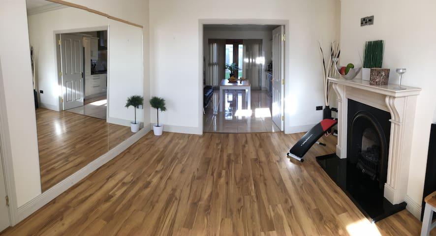 1 stunning ensuite bedroom in spacious house