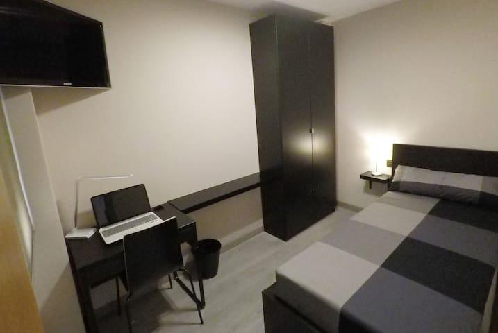 3 Habitación individual, baño compartido.
