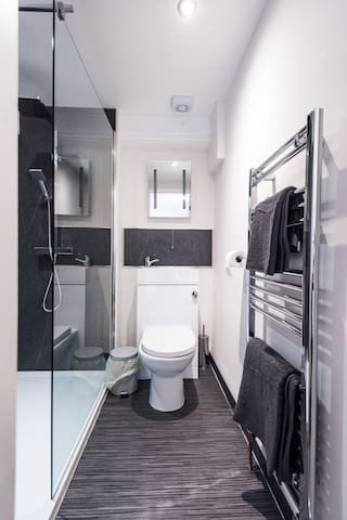 Spacious private 2 bed serviced apartment#5