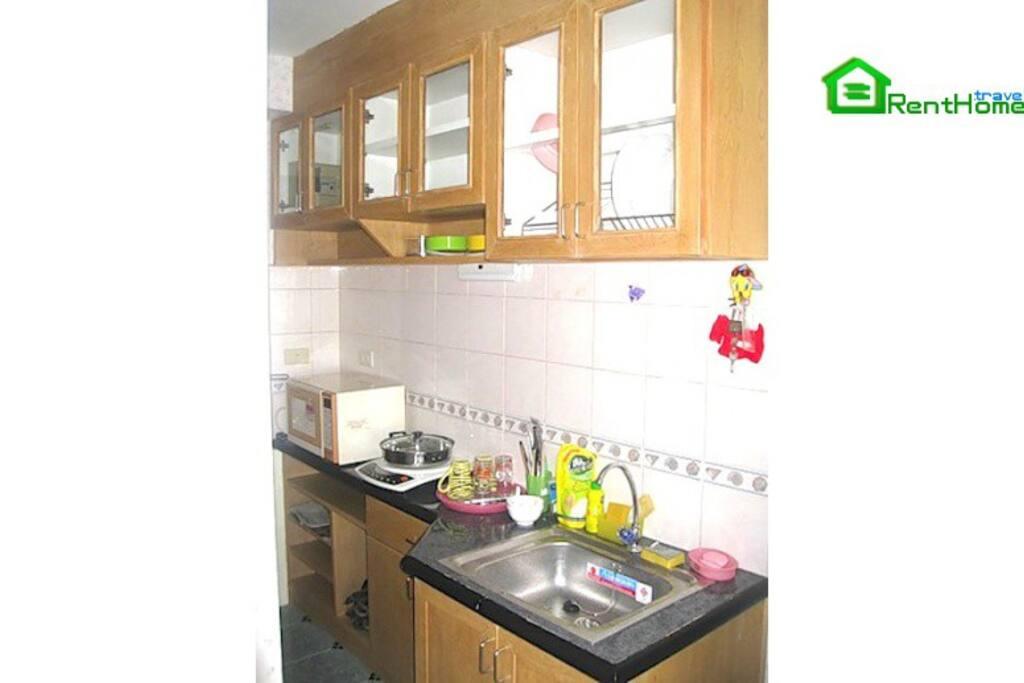 кухня с большим кол-вом акссесуаров( вплоть до  термоса и толкушки для пюре)