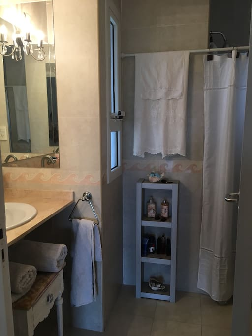 Baño privado con ducha y amenities