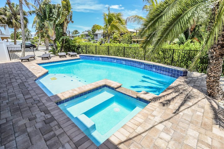 3 bedroom 3 bath pool home close to the beach and Time square