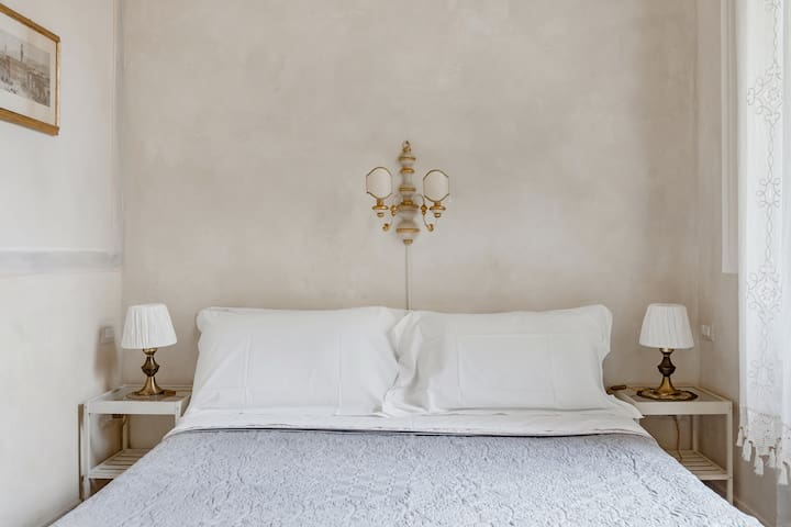Enjoy a restful night's sleep in this quiet apartment in the historic center.