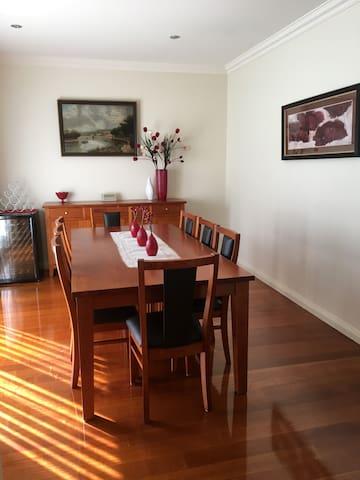 Luxury 4 Bedroom Townhouse in Glen Waverley - Glen Waverley - Townhouse