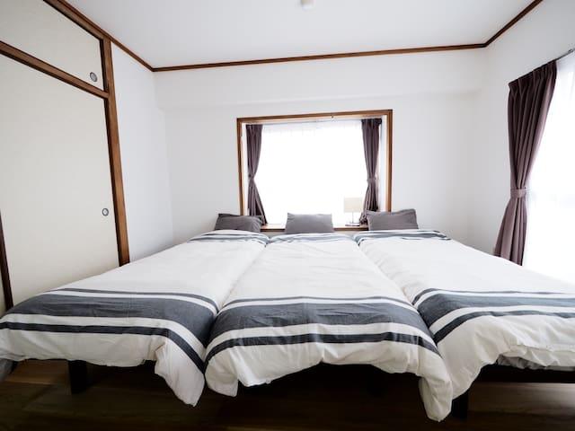 シングルベッドが3つの寝室。3 single sized beds in one bed room.