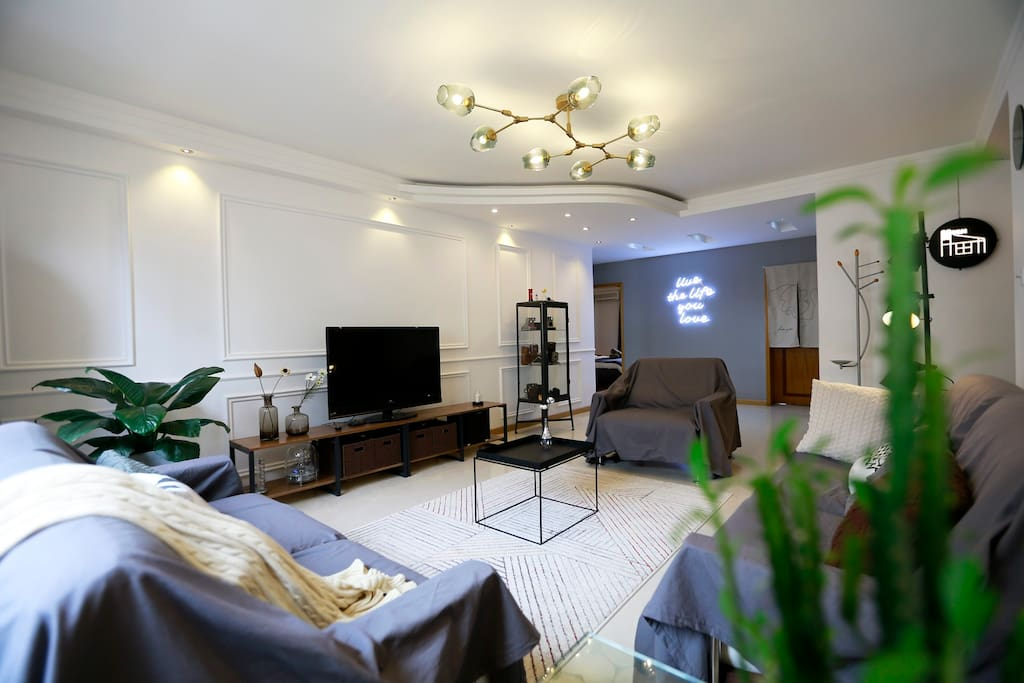 150平米整套两室房源,超大空间,两个卫生间绝对方便。沙发可至少坐8人,小型聚会没有问题。