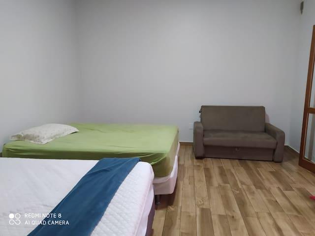 Quarto  2 suíte  , com 1 cama casal, 1 cama queem , e 1 sofá  cama casal.