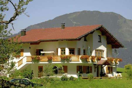 Espacioso apartamento con jardín cerca de la estación de esquí en Bürserberg