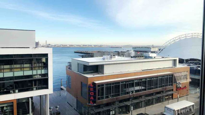 Stunning Views in the Seaport w private bathroom!