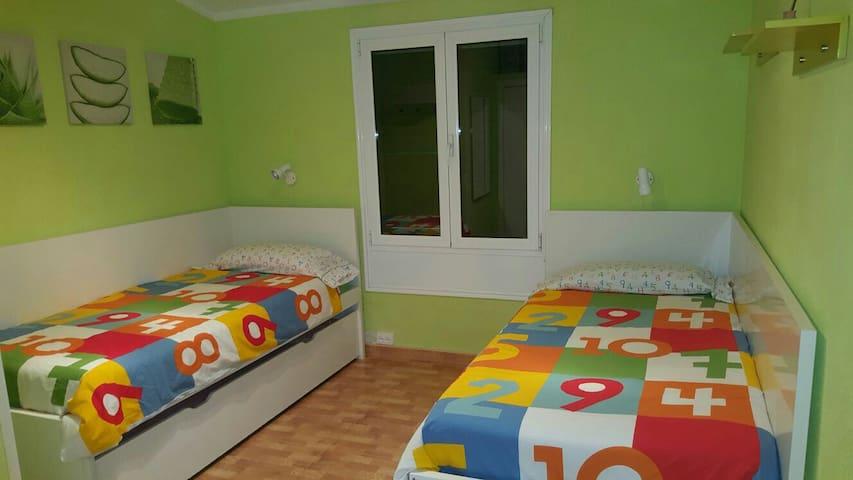Dormitorio con 3 camas. 1 de ellas debajo, cama nido de Ikea