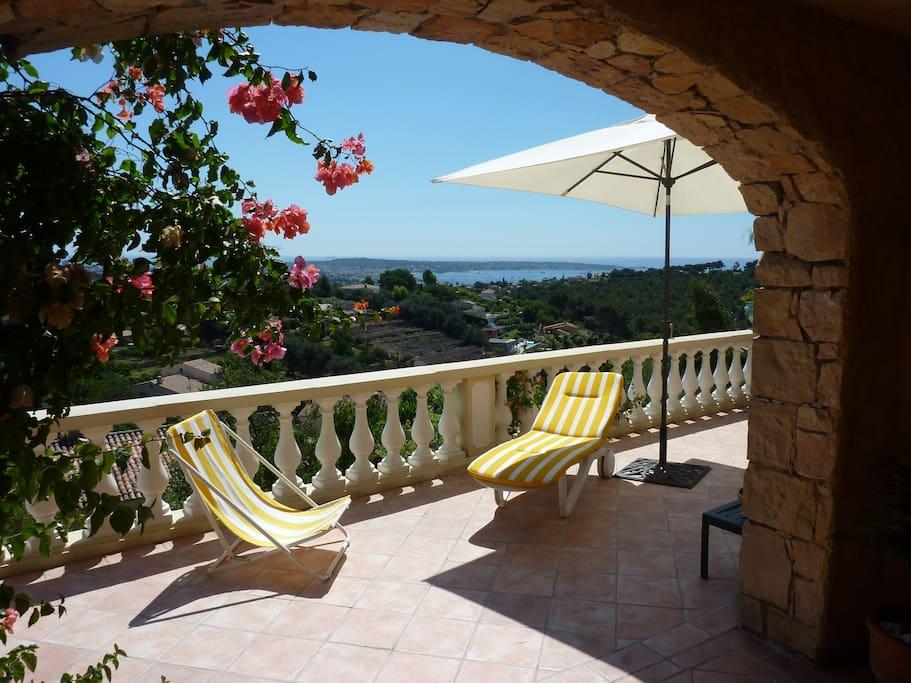 Terrasse devant le salon / séjour