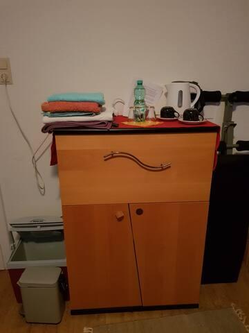 Wasserkocher, Kaffee, Tee, Handtücker, Bettwäsche, Kühlbox, alles dabei
