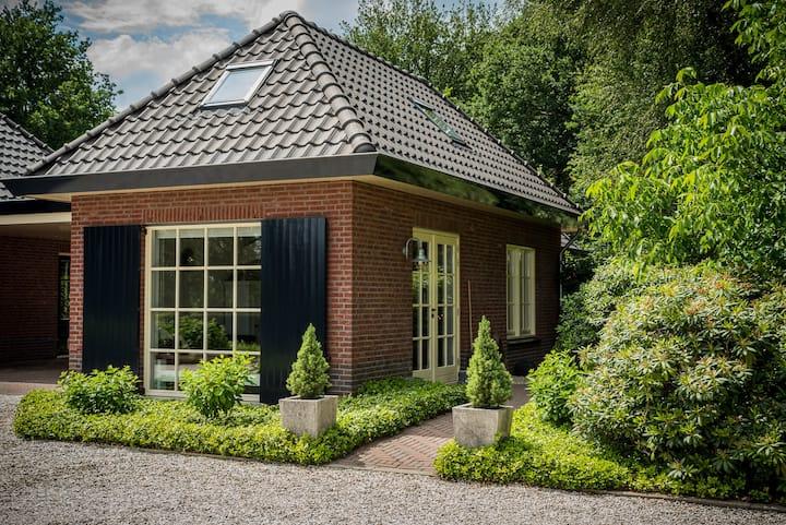 Het huisje met de blauwe luiken, bij de Veluwe.