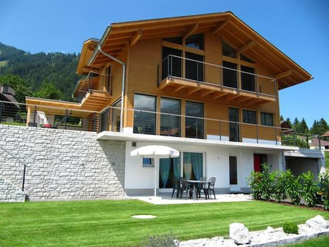 Bright apartment with beautiful mountain view - Frutigen - Condomínio