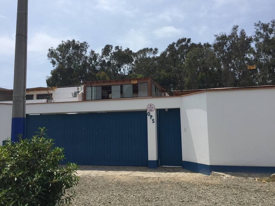Amplia casa ubicada en Chocaya, en el km 92.5 de la Panamericana Sur, distrito de Asia. A 5 cuadras de la playa. Súper cómoda y acondicionada para albergar a 15 personas. Estacionamiento para 3 carros.