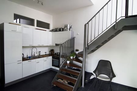 Large light filled urban loft with terrace & views - Berlin - Apartment