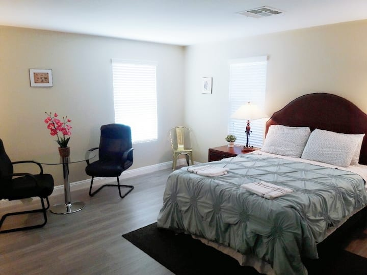 Spacious private room,  close to strip & airport